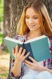 Relajación con el buen libro. Imagen de archivo libre de regalías