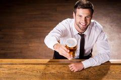 Relajación con el vidrio de cerveza fresca Imagen de archivo libre de regalías