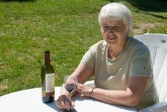 Relajación con el vino imagenes de archivo