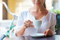 Relajación con la taza de café fresco Foto de archivo libre de regalías