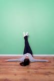 Relajación con los pies en la pared verde Fotografía de archivo libre de regalías
