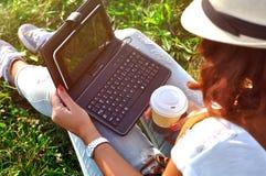 Relajación con una taza de café y de tableta Foto de archivo libre de regalías