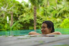Relajación coreana asiática atractiva y hermosa joven de la mujer feliz en la natación tropical del complejo playero en la piscin fotografía de archivo libre de regalías
