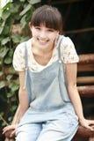 Relajación de la muchacha de Asia al aire libre imágenes de archivo libres de regalías