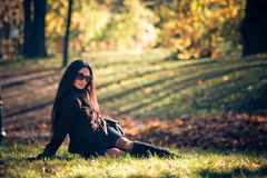 Relajación de la mujer de la belleza en la hierba verde Imagenes de archivo