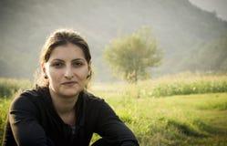 Relajación de la mujer joven al aire libre Fotografía de archivo