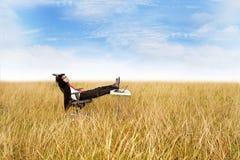 Relajación del hombre de negocios al aire libre Imagen de archivo