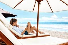 Relajación del verano Lectura de la mujer, relajándose en la playa verano imágenes de archivo libres de regalías