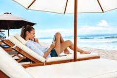 Relajación del verano Lectura de la mujer, relajándose en la playa verano fotos de archivo libres de regalías