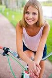 Relajación después de paseo largo de la bicicleta Fotos de archivo