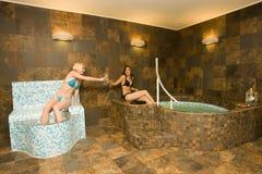 Relajación en baño del balneario Imagenes de archivo