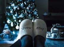 Relajación en casa en la decoración de la Navidad del día de fiesta imagenes de archivo