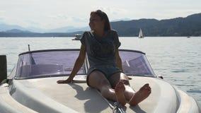 Relajación en el arco de la motora en el lago de la montaña