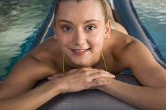 Relajación en el poo de la natación Foto de archivo libre de regalías