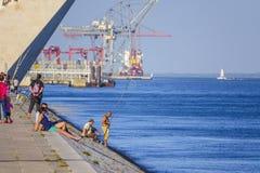 Relajación en el río Tagus hermoso en Lisboa aka Tejo imágenes de archivo libres de regalías