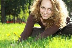 Relajación en la hierba fotos de archivo