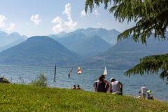 Relajación en la orilla de Como del lago del piano de Colico Foto de archivo