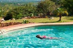 Relajación en la piscina Fotos de archivo libres de regalías