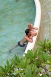 Relajación en la piscina Imágenes de archivo libres de regalías