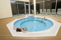 Relajación en la piscina Fotos de archivo