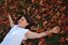 Relajación en las hojas Foto de archivo libre de regalías