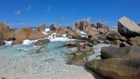 Relajación en las rocas de Anse Marron metrajes