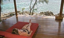 Relajación en las zonas tropicales foto de archivo