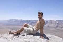 Relajación en pico de montaña en desierto Imágenes de archivo libres de regalías