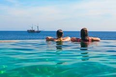 Relajación en piscina del infinito con la opinión del mar Fotos de archivo