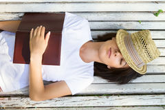 Relajación en un banco en el parque Imagen de archivo libre de regalías