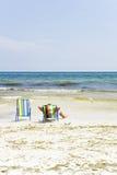 Relajación en un deckchair en una playa tropical Imagen de archivo