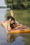Relajación femenina en el agua fotografía de archivo