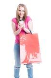 Relajación femenina joven alegre con un café en compras Foto de archivo