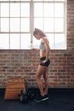 Relajación femenina joven después del entrenamiento físico intenso Fotografía de archivo libre de regalías