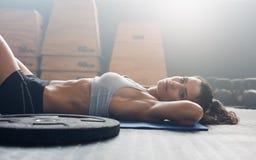 Relajación femenina muscular después de la sesión del ejercicio Fotografía de archivo libre de regalías