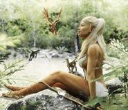 Relajación femenina rubia elegante de Elven por una charca mítica del bosque con sus dragones del bebé Fantasía mítica ilustración del vector