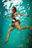 Relajación flotante de la mujer en agua de la piscina Fotos de archivo libres de regalías