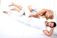 Relajación joven hermosa en cama Fotografía de archivo libre de regalías