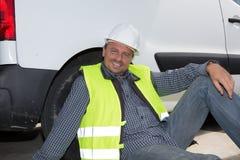 Relajación masculina del constructor del ingeniero en el emplazamiento de la obra Imágenes de archivo libres de regalías