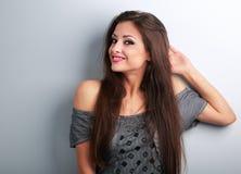 Relajación modelo femenina hermosa de pensamiento del maquillaje y mirada en b Foto de archivo libre de regalías
