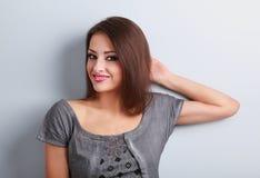 Relajación modelo femenina hermosa de pensamiento del maquillaje y mirada encendido Foto de archivo libre de regalías