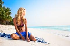 relajación modelo hermosa en una playa tropical fotos de archivo libres de regalías