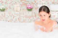 Relajación morena en el baño Foto de archivo
