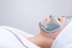Relajación - mujer con la máscara de la arcilla Fotografía de archivo libre de regalías