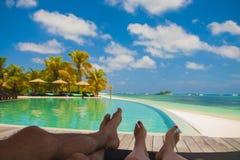 Relajación perezosa en la piscina en Maldivas Imagen de archivo