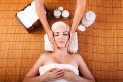 Relajación que cuida masaje en exceso facial imágenes de archivo libres de regalías