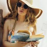 Relajación que viaja Conce de lectura de las vacaciones de las vacaciones de verano de la playa Fotos de archivo libres de regalías