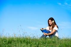 Relajación sonriente bonita de la muchacha al aire libre Fotos de archivo