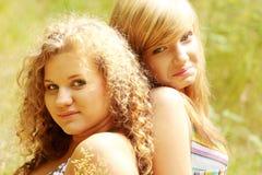 Relajación sonriente bonita de las muchachas al aire libre Imagenes de archivo