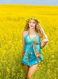 Relajación sonriente de la mujer joven al aire libre Fotos de archivo libres de regalías